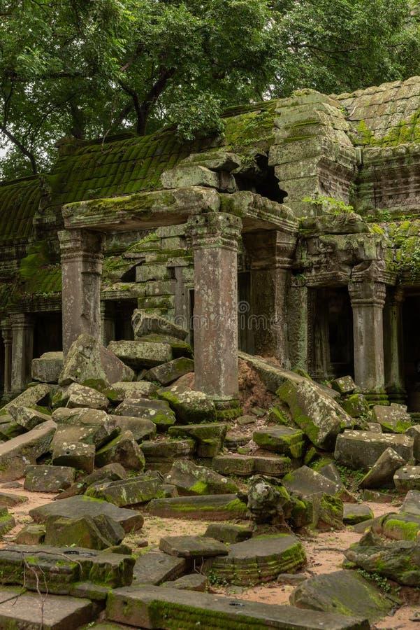 下落的岩石阻拦的破庙门廓 图库摄影