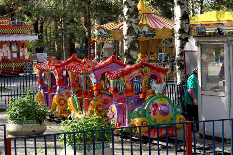 下诺夫哥罗德,俄罗斯- 9月30 2015年 儿童环形交通枢纽在休闲公园 库存图片