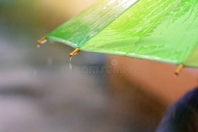 下跌在伞的多雨下落 免版税库存照片