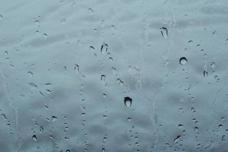 下跌在窗口` s玻璃的水滴 免版税库存照片