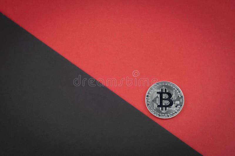 下跌的bitcoin概念,硬币滚动下来 免版税库存图片
