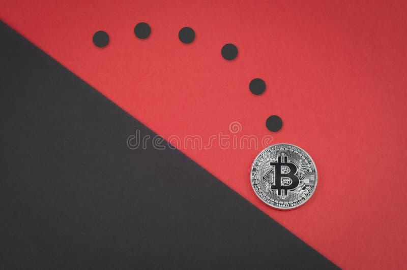 下跌的bitcoin概念,跳跃的硬币下来 库存照片