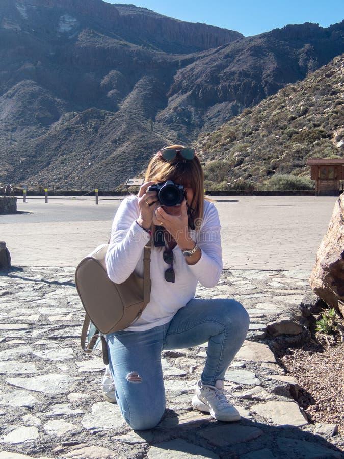下跪的图片对一个风景在洛斯罗克斯群岛,在泰德峰旁边在特内里费岛,加那利群岛,西班牙 库存图片