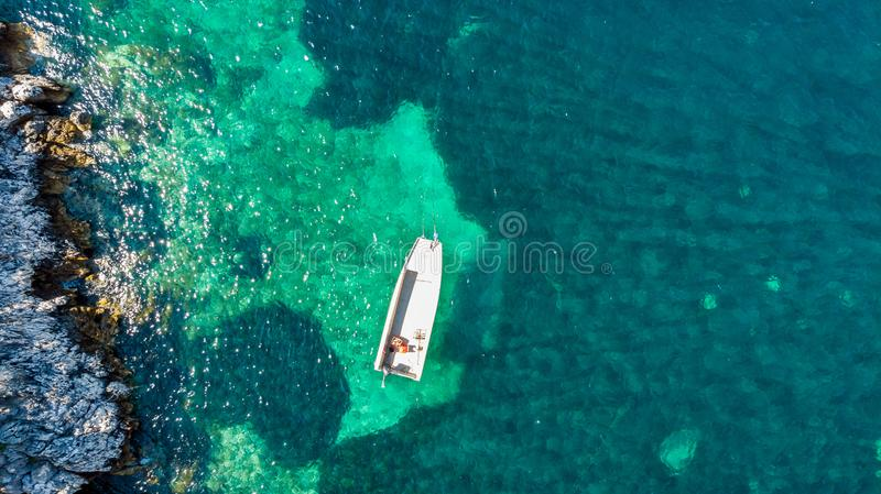 下降下来在海湾停住的渔船看法  图库摄影