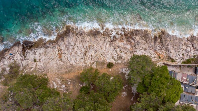下降下来撞入岩石岸的波浪看法  图库摄影