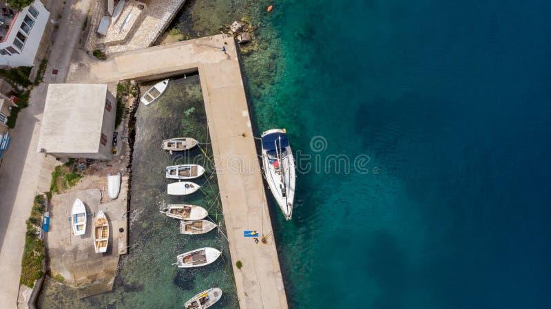 下降下来渔港看法有被栓的小船的  免版税库存照片