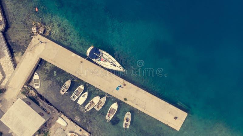 下降下来渔港看法有被栓的小船的  免版税库存图片