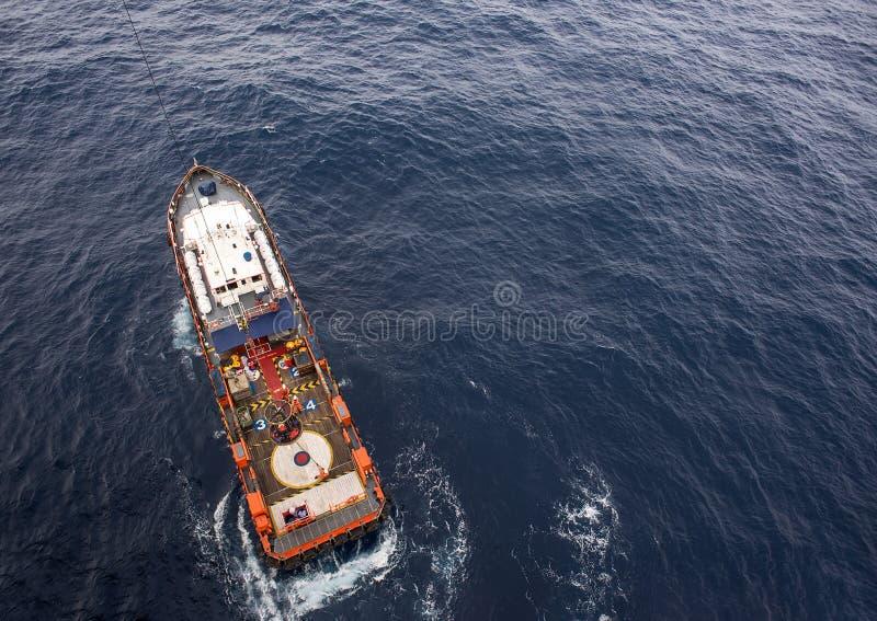 下降到下来乘员组救生艇甲板的人员篮子 免版税图库摄影