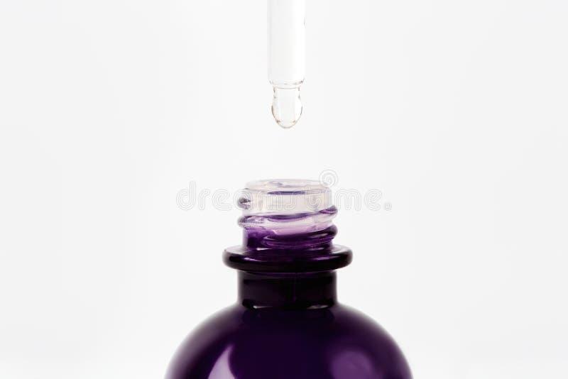 下降到从吸移管的精油或血清瓶 免版税库存图片