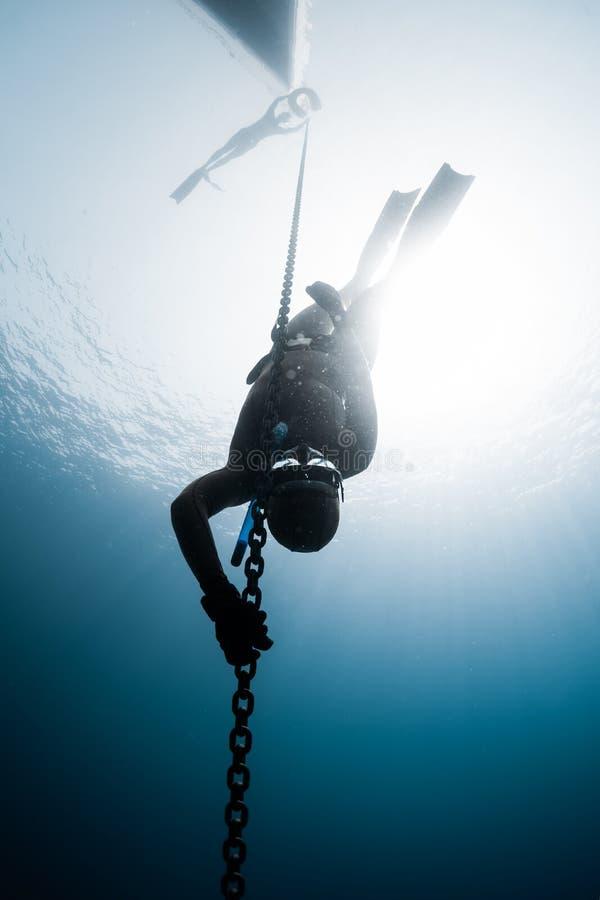 下降对深度的Freediver 免版税库存图片
