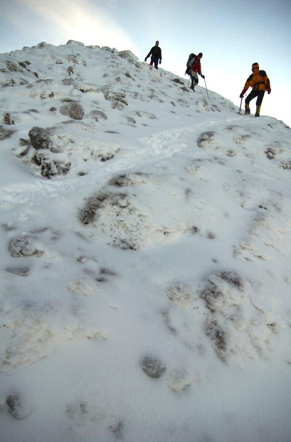 下降山的登山人 图库摄影