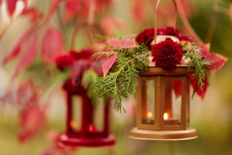下降时间 秋天栗子装饰葡萄10月石榴木头 以lanter的形式烛台 图库摄影