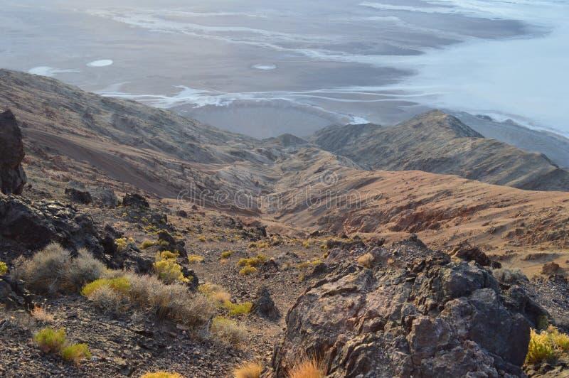 下降的道路峭壁到在丹特` s视图的盐舱内甲板里在死亡谷加利福尼亚 免版税库存照片