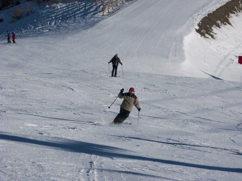 下降滑雪滑雪道的滑雪者 库存照片
