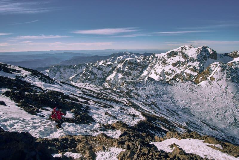 下降Jebel图卜卡勒峰的徒步旅行者 免版税库存图片