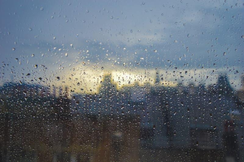 下雨在一个窗口在与距离的市区在与伦敦的焦点外面 库存图片