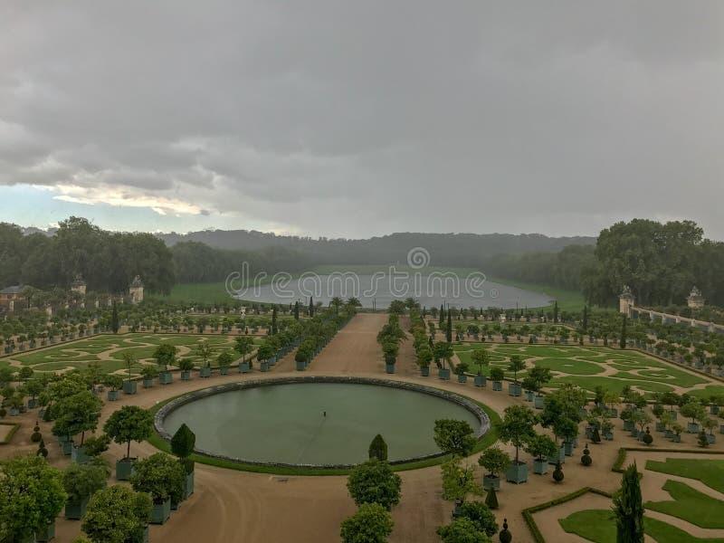 下雨在凡尔赛,法国宫殿地面  图库摄影