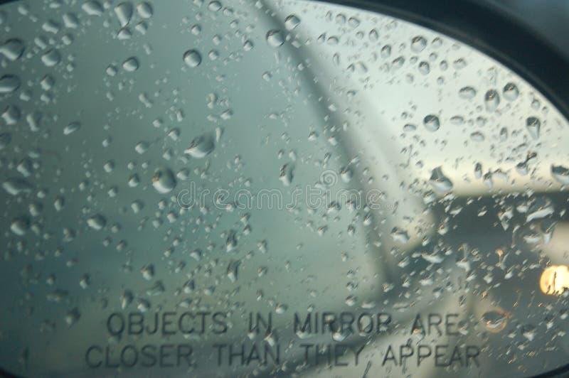 下雨在汽车的右边镜子 免版税库存图片