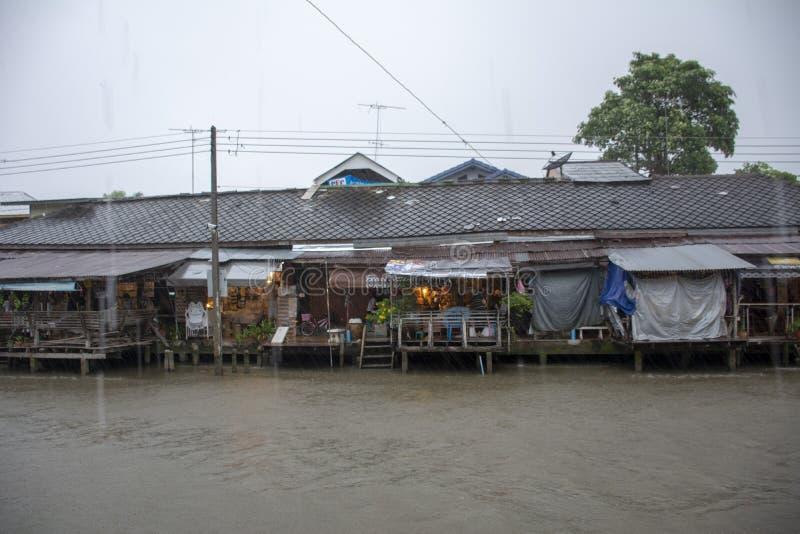 下雨在Amphawa浮动市场上,泰国 库存图片