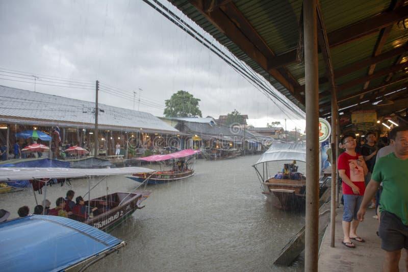 下雨在Amphawa浮动市场上,泰国 免版税库存图片