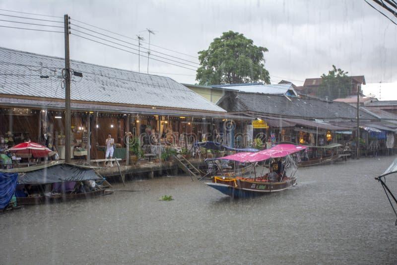 下雨在Amphawa浮动市场上,泰国 免版税图库摄影