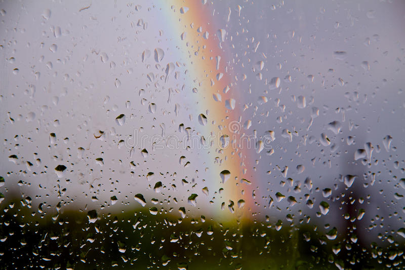 下雨在gladd的下落与彩虹在天空 库存图片