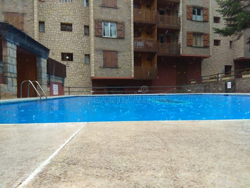 下雨在swinngin水池 免版税库存照片