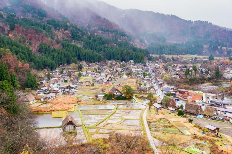 下雨天在秋天在白川町去村庄岐阜日本 库存照片