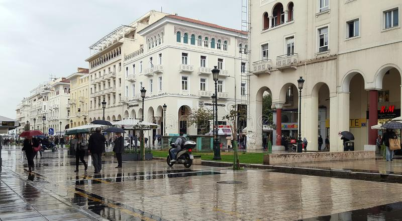 下雨天在2017年11月15日亚里士多德广场在塞萨罗尼基,希腊 库存照片