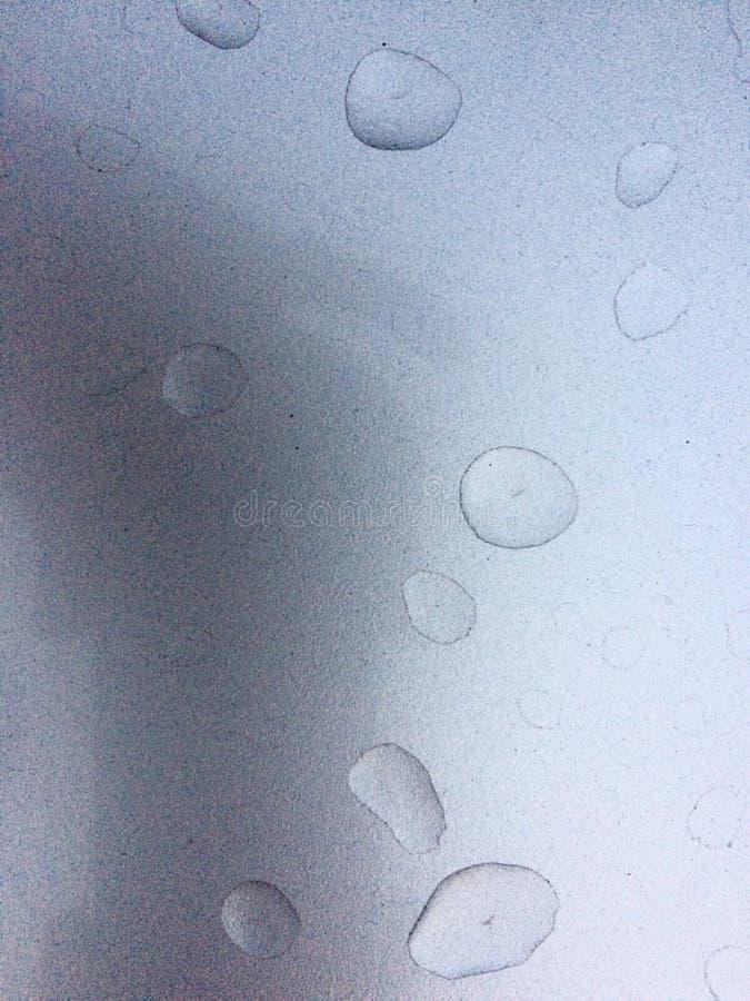 下雨银色表面上的下落 库存照片