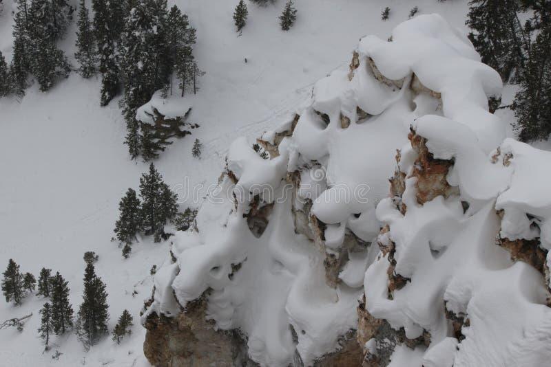 下雪在岩层在黄石公园 免版税库存图片
