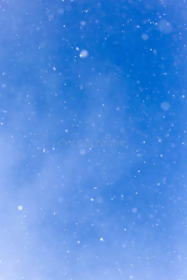 下雪在蓝天 免版税库存照片