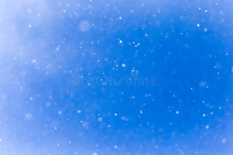 下雪在蓝天 免版税库存图片