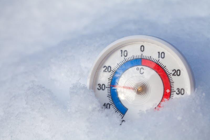 下雪的温度计显示减29个摄氏程度极端寒冷wi 免版税库存图片