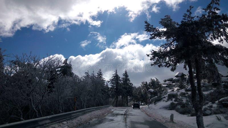 下雪的路 免版税库存照片