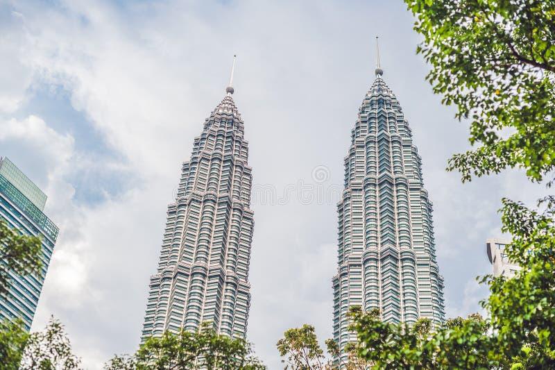 下面看到双子楼在吉隆坡,马来西亚 免版税库存图片