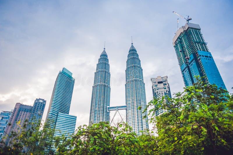 下面看到双子楼在吉隆坡,马来西亚 库存照片