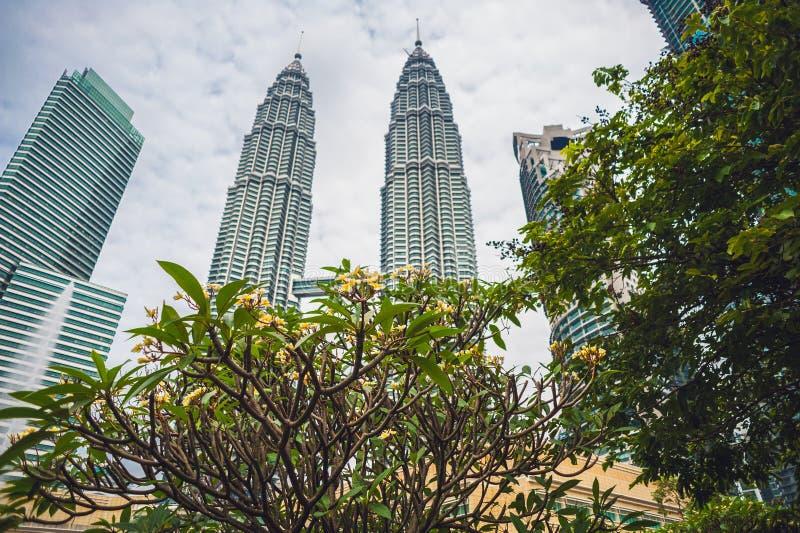 下面看到双子楼在吉隆坡,马来西亚 免版税库存照片