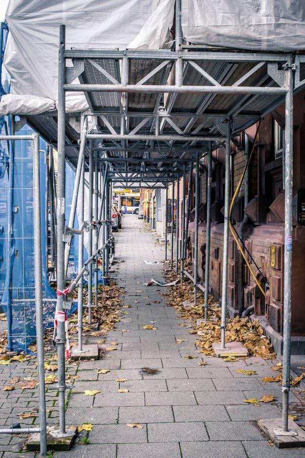 下面重建门面的街道视图 金属constructio 免版税图库摄影