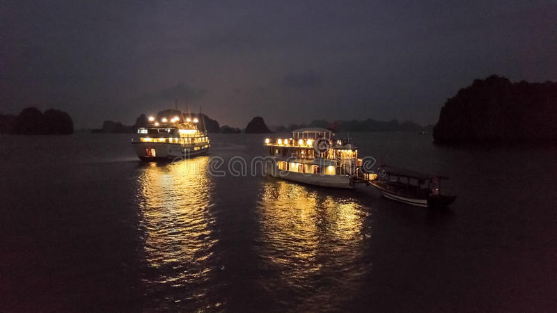 下龙湾在夜之前 免版税库存照片