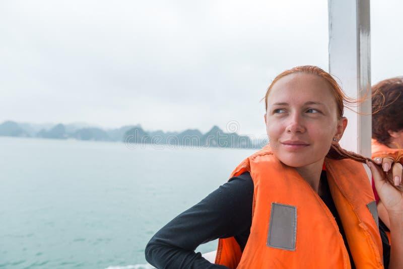 下龙湾的游人 库存图片