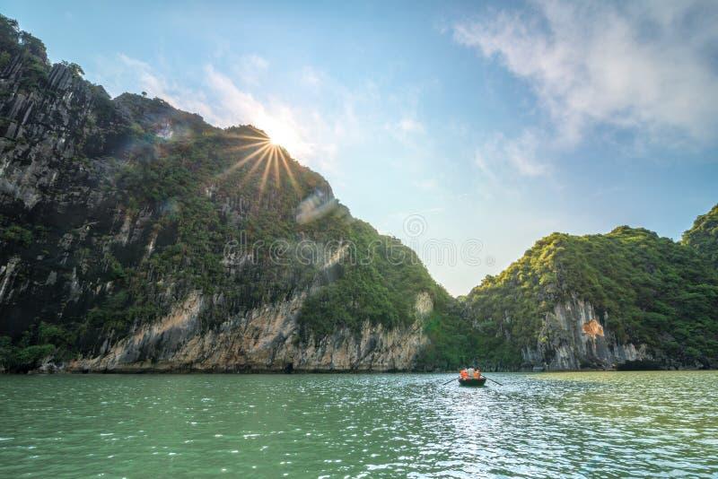 下龙湾美好的风景有阳光的在石灰石山在越南 库存照片
