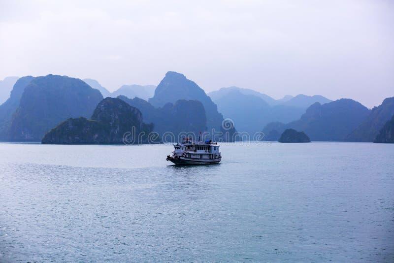 下龙湾,越南,海岛,东南亚风景看法美丽的景色  免版税库存照片