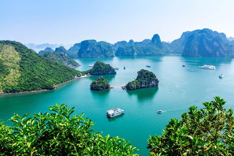 下龙湾,越南- 2014年9月24日-从山峰观看的一部分的海湾 库存图片