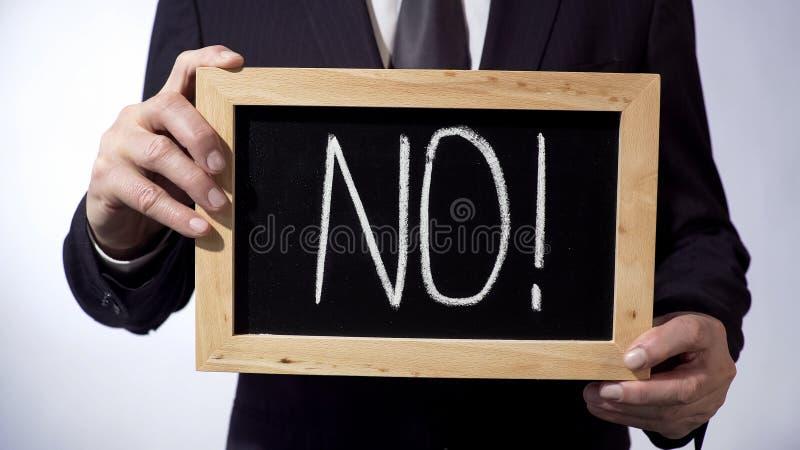 不与在黑板写的惊叹号,拿着标志的企业人 免版税库存图片
