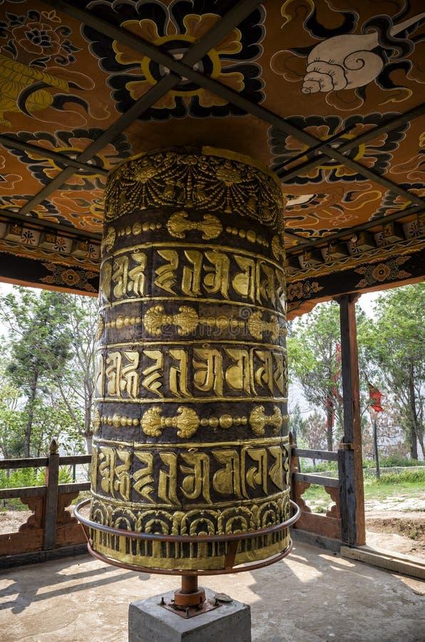 不丹在Chimi Lhakang修道院, Punakha,不丹的buddism祈祷的轮子 免版税库存照片