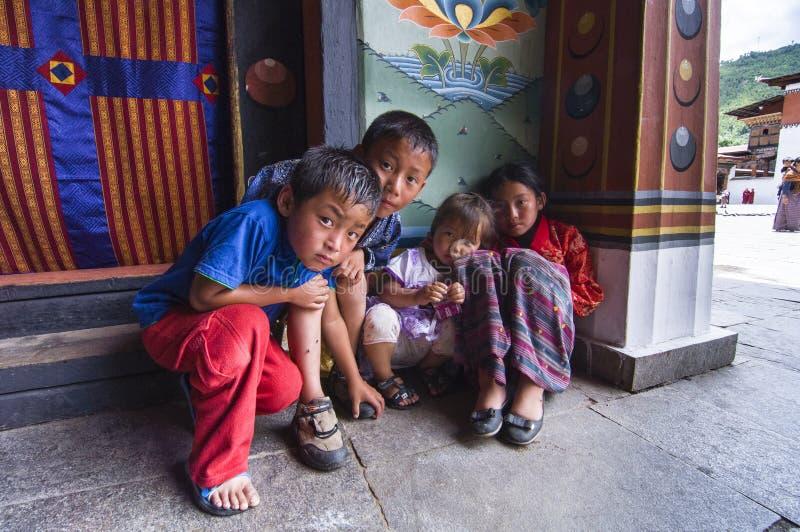 不丹孩子在Trashi Chhoe Dzong,廷布,不丹 免版税图库摄影