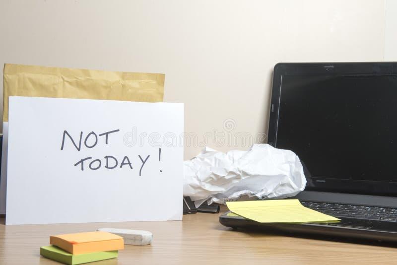 不今天!在杂乱办公桌留下的信息 免版税库存照片