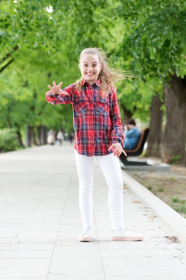 不会变老的童年活动 佩带使用的愉快的小孩偶然格子花呢披肩设计室外 图库摄影
