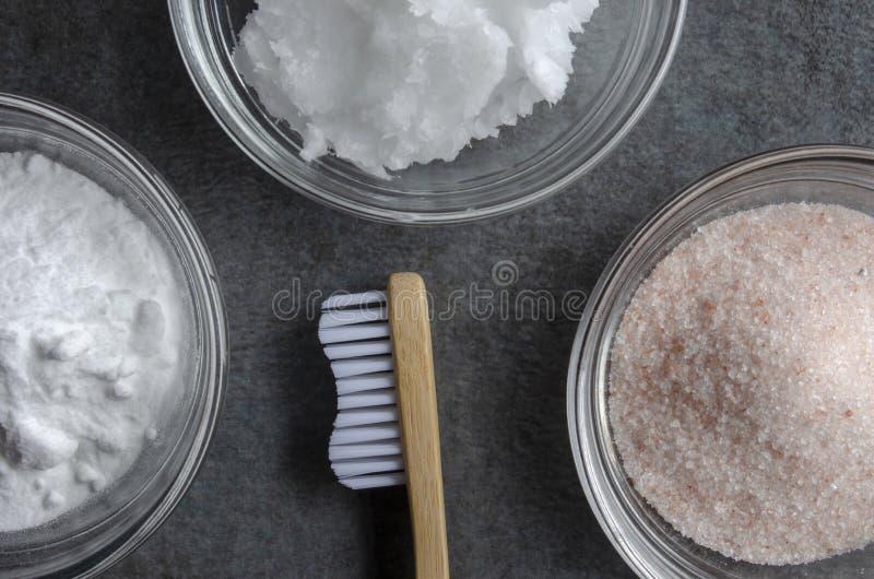 不伤环境的竹牙刷和牙膏成份 库存图片